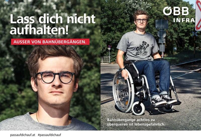 Ein Mann sitzt im Rollstuhl