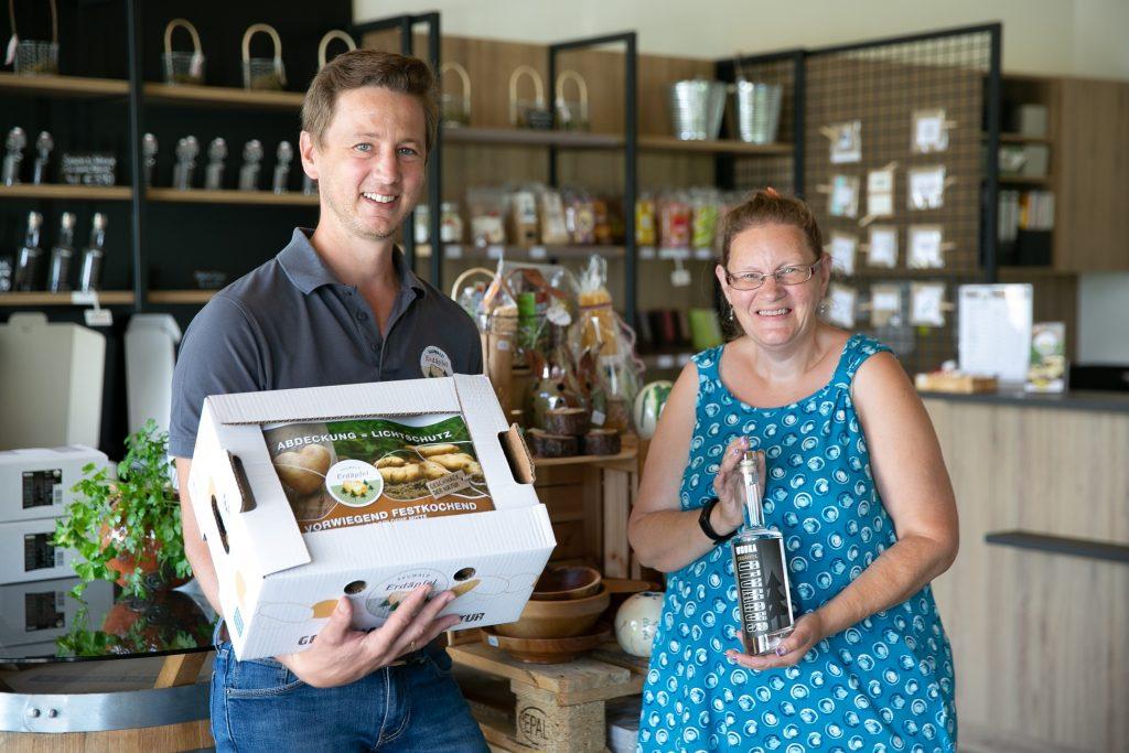Bianka präsentiert Waren aus dem Geschäft Sauwald Erdäpfel in St. Aegidi